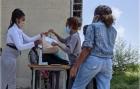 La consegna della 'dignity bag' alle lavoratrici domestiche