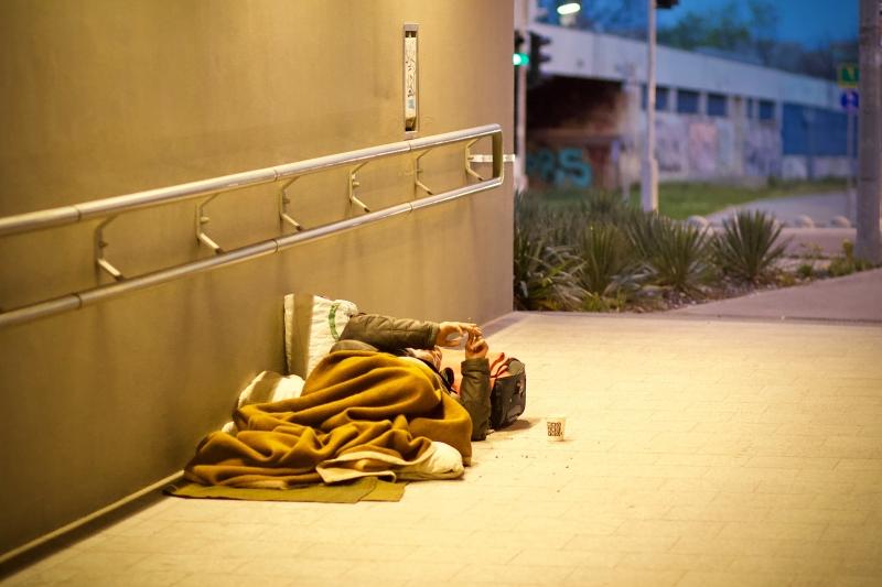 Emergenza senza dimora, col Covid ridotti a un terzo i posti nei dormitori sociali